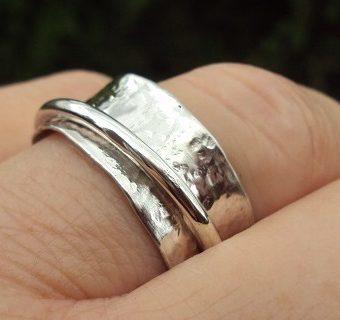 spinner ring on finger